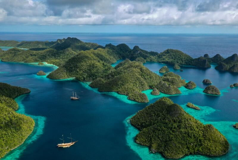Indonesia - Swimming with giant manta rays in Raja Ampat archipelago